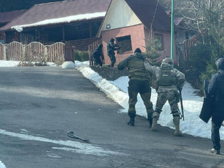 Фото 2 - ЗМІ: на закарпатській дачі Медведчука провели обшук (ФОТО)