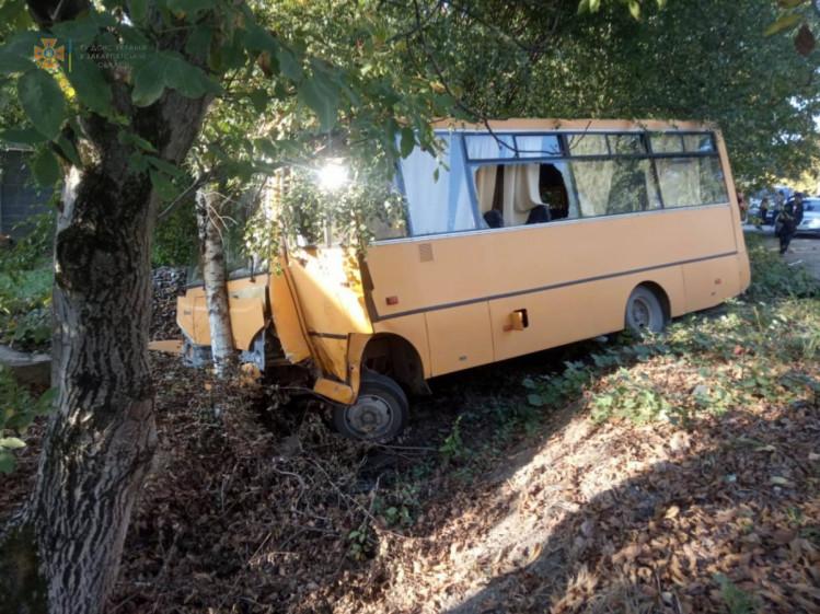 На Закарпатті авто зіткнулося із шкільним автобусом (ФОТО)